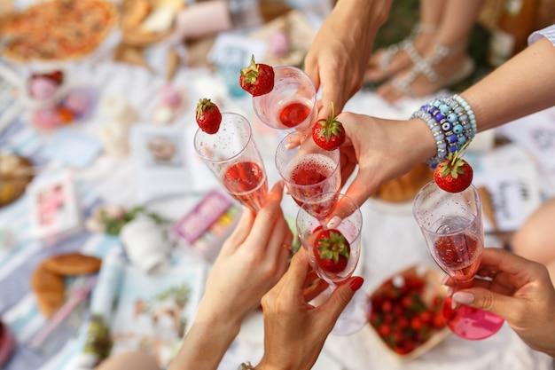 メガネで手が夏の日のピクニックに歓声を上げる Premium写真