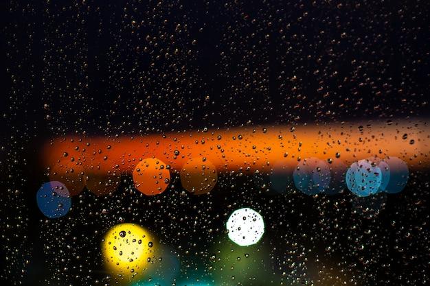 窓に水滴 Premium写真