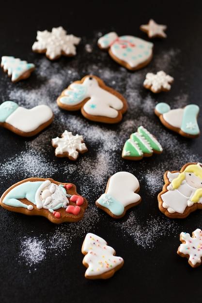 粉砂糖とクリスマスジンジャーブレッドクッキー Premium写真