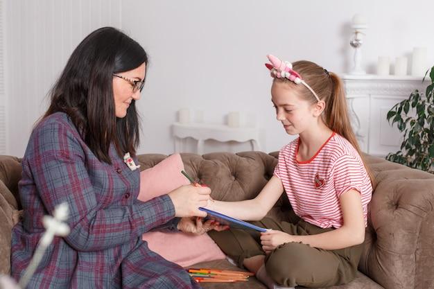 心理療法士のレセプションで十代の少女 Premium写真