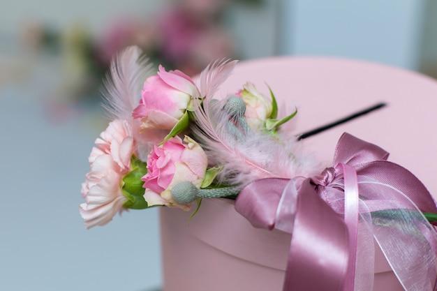 結婚式の装飾。新鮮な花と休日の装飾。ピンクのバラとカーネーション。 Premium写真