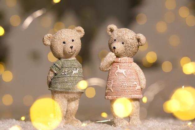 鹿のセーターを着た少年と少女のかわいいテディベアの置物 Premium写真