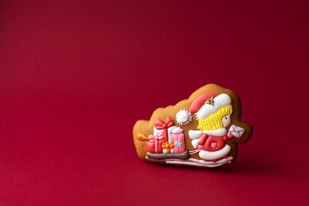 赤のサンタ郵便屋さんのジンジャーブレッドクッキー Premium写真