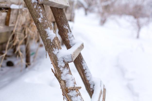冬、路上で木製の階段、雪で覆われています。 Premium写真