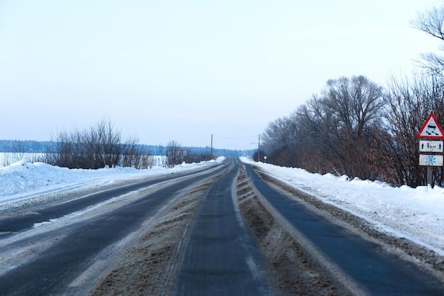 雪が散らばって田舎の道 Premium写真