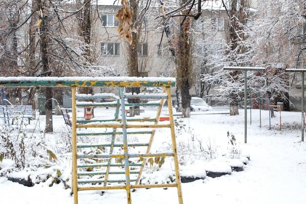 Детская площадка покрыта снегом Premium Фотографии