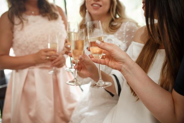 女の子のパーティー。女の子は、グラスでシャンパンを乾杯します。 Premium写真