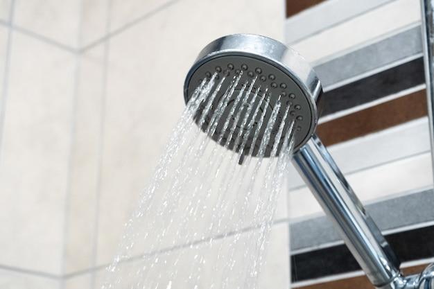 シャワーヘッド。シャワー室。配管。 Premium写真