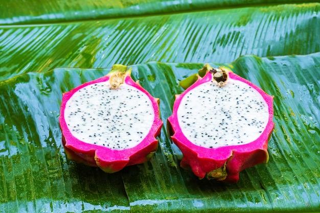濡れた緑の葉に熟したドラゴンフルーツ。ビタミン、果物、健康食品 Premium写真