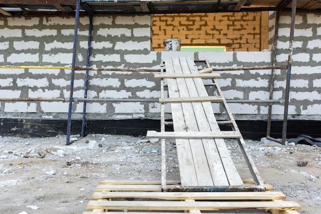 発泡コンクリートブロックの建設。部屋の拡大。 Premium写真