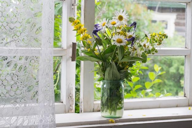 田舎の窓辺の花束 Premium写真