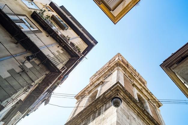 ナポリのサンタキアラ教会の鐘楼のスペキュラービュー Premium写真