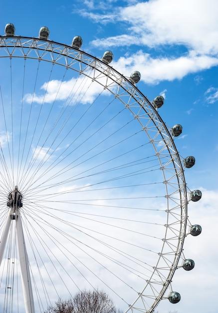 ロンドンの壮大なロンドンアイのビュー Premium写真