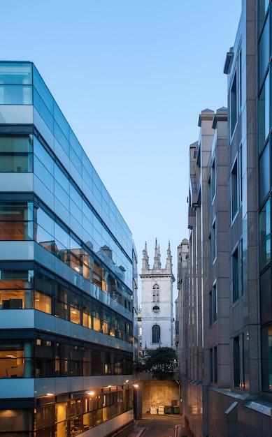 ロンドン市の中心部にある近代的な建物。 Premium写真