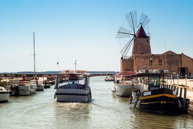 シチリア島マルサラのモツィア塩原と古い風車 Premium写真