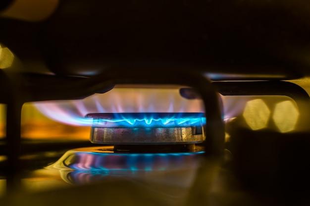Огонь из газовой кухонной плиты Premium Фотографии