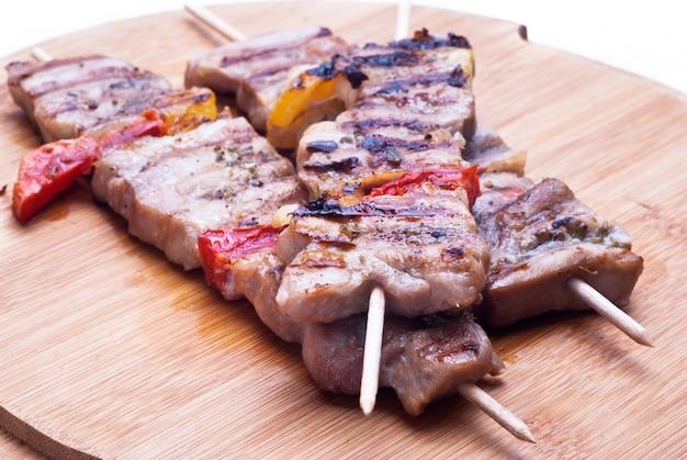 木製の混合肉串 Premium写真