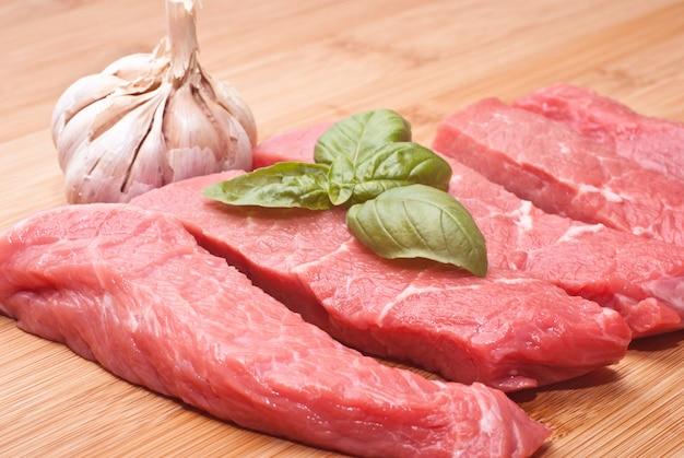 まな板の上の生の牛肉 Premium写真
