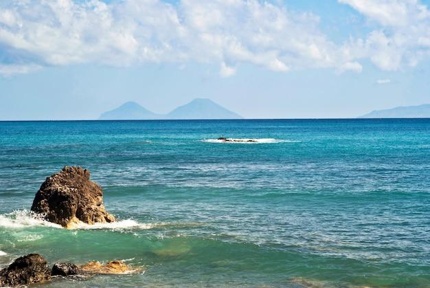 Пляж броло, мессина, сицилия Premium Фотографии