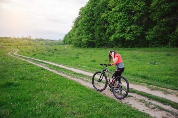Девушка катается на велосипеде Premium Фотографии