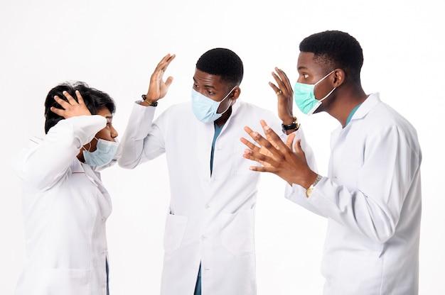 診断について話し合う医師の診察。白の医師 Premium写真