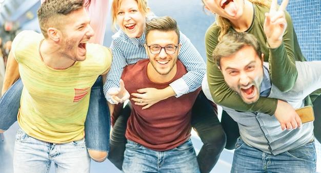Группа друзей, с удовольствием на станции метро Premium Фотографии