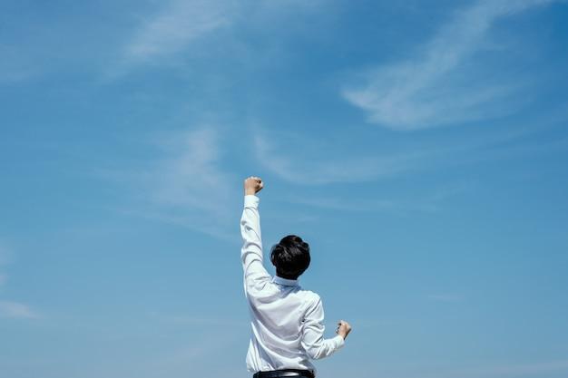 Успешная концепция. бизнесмен, выражая, чтобы отпраздновать его успех. Premium Фотографии