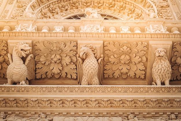 南イタリアのサンタクローチェ聖堂のファサード。 Premium写真