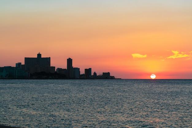 ラ・ハバナの夕日 Premium写真