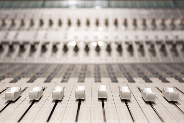 オーディオレコーディングスタジオのプロフェッショナルコンソール Premium写真