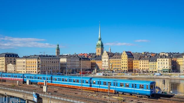 Городской пейзаж стокгольма с поездом в городе стокгольм, швеция Premium Фотографии