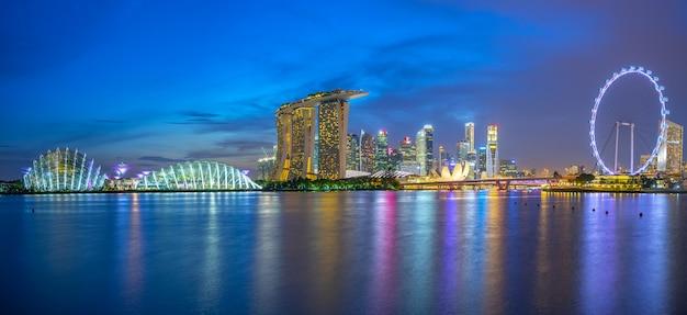 Горизонт сингапура с ориентир зданий ночью Premium Фотографии