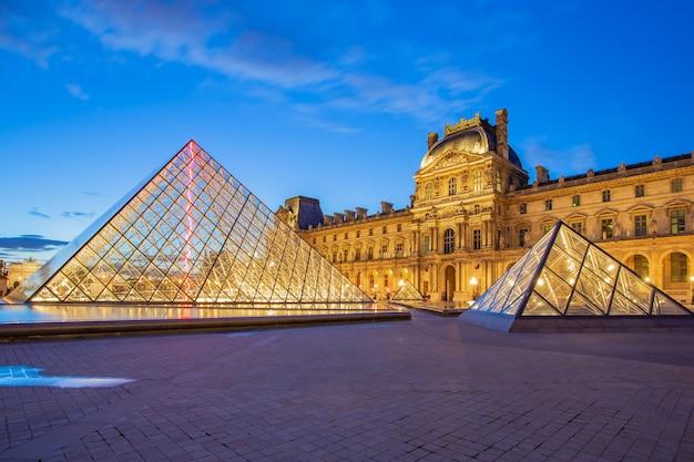 フランスの夕暮れパリのルーブル美術館 Premium写真