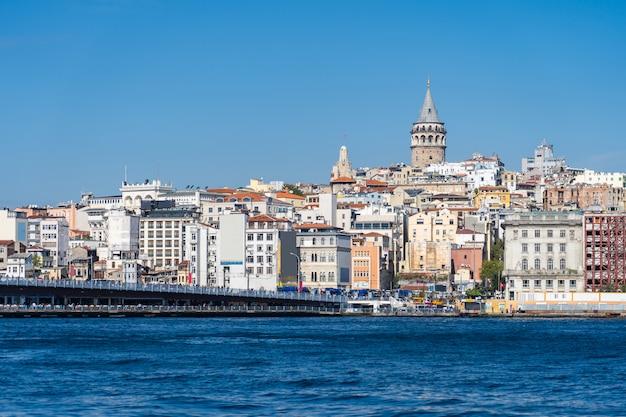 Стамбул с видом на башню галата в турции Premium Фотографии