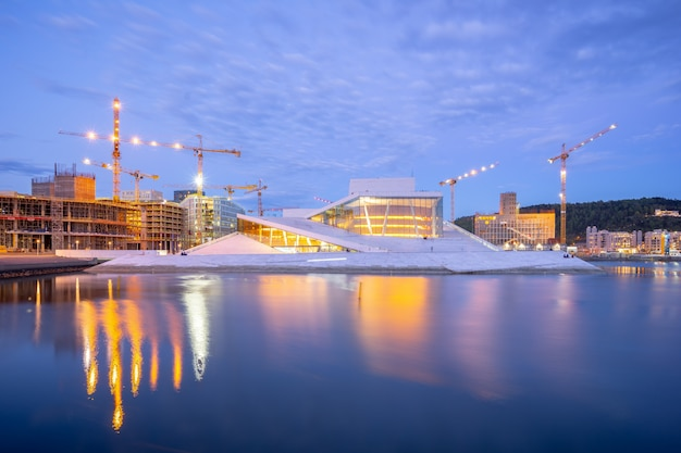 オスロ、ノルウェーの夜オスロオペラハウス Premium写真