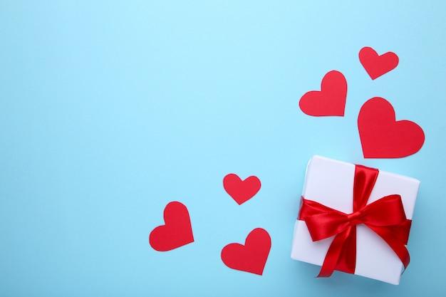 青の背景に心でバレンタインデーのギフト Premium写真