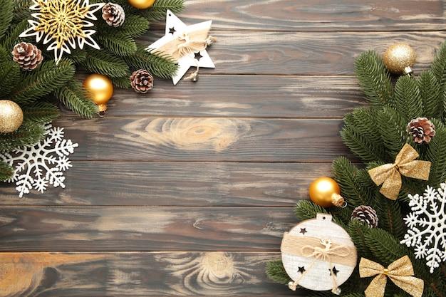 クリスマスの飾り。モミの木の枝に茶色、フレームのクリスマスの装飾 Premium写真