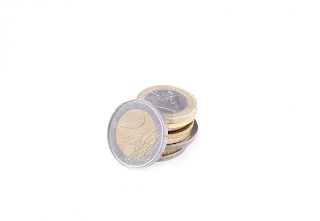 白い背景の上のユーロ硬貨のスタック Premium写真