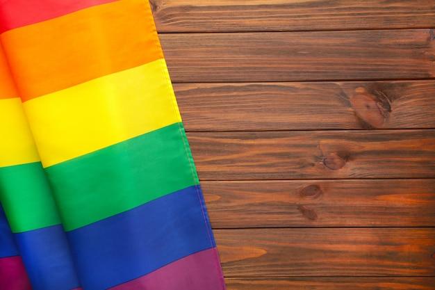 Радужный флаг лгбт на коричневом деревянном фоне с копией пространства Premium Фотографии