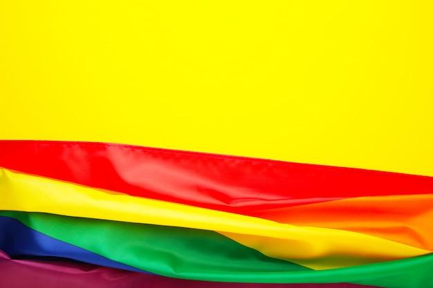 Радужный флаг лгбт на желтом фоне с копией пространства Premium Фотографии