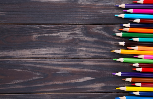 茶色の木の上の多くの異なる色鉛筆 Premium写真