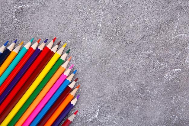 灰色のコンクリートの多くの異なる色鉛筆 Premium写真