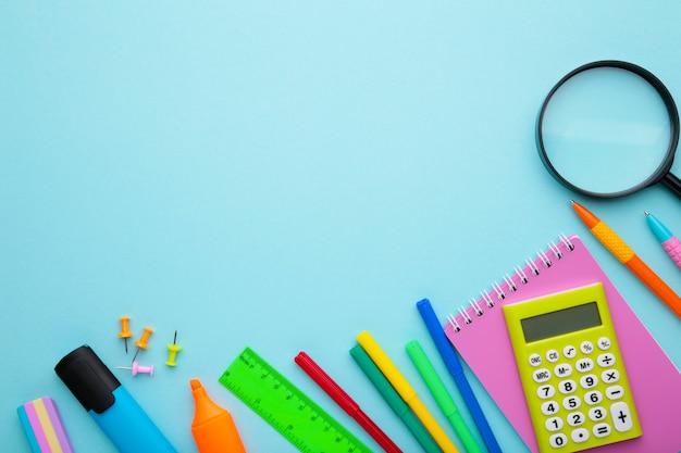 コピースペースと青色の背景に学校概念に戻る Premium写真