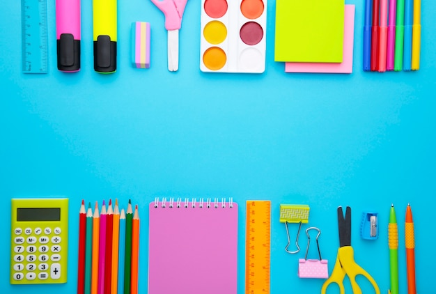 Обратно в школу концепции на синем фоне с копией пространства. концепция образования Premium Фотографии