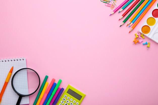 Обратно в школу концепции на розовом фоне с копией пространства Premium Фотографии