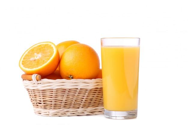 Стакан апельсинового сока и апельсина в корзине   Премиум Фото