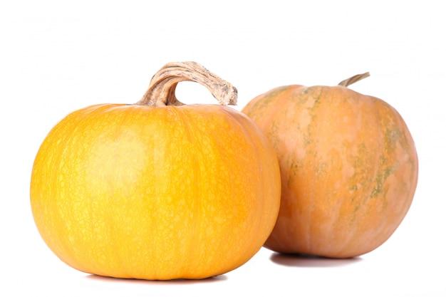 白い背景に分離されたオレンジ色のカボチャ Premium写真