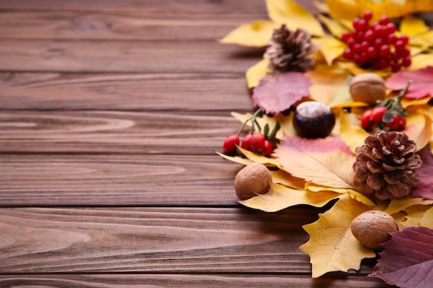 茶色の背景に果実と紅葉 Premium写真