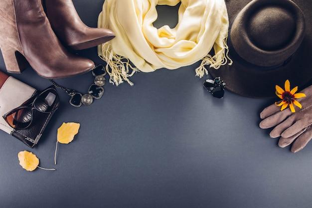 秋の女性の服服、靴、アクセサリーのセット Premium写真