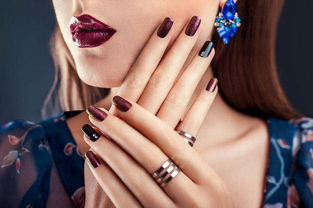 Красивая женщина с идеальным макияжем и украшениями для маникюра Premium Фотографии